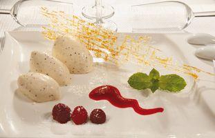 Vanille Eis Dessert mit Soße
